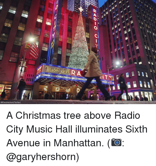 Avenue: İ CHASE+mCHRISTMAS SPECTACULAR din A  RADIO-OY  (@GaryHershorn/Twitter) A Christmas tree above Radio City Music Hall illuminates Sixth Avenue in Manhattan. (📷: @garyhershorn)