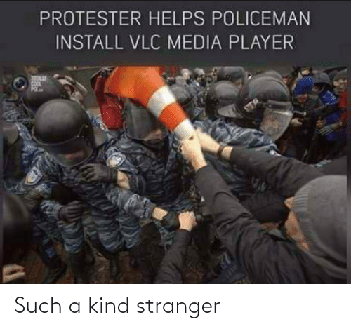Kind: PROTESTER HELPS POLICEMAN  INSTALL VLC MEDIA PLAYER Such a kind stranger